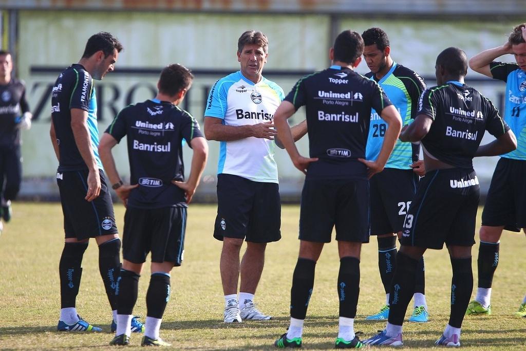 Técnico Renato Gaúcho conversa com Souza, Rhodolfo e jogadores reservas do Grêmio em coletivo contra os juniores (01/08/2013)