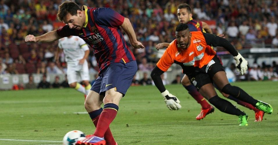 01.ago.2013 - Messi dribla o goleiro Aranha e marca o primeiro gol do Barcelona contra o Santos