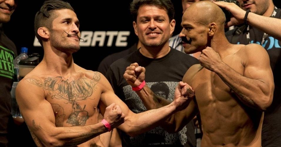 02.ago.2013 - Brasileiro Iliarde Santos usa bigode postiço para provocar Ian McCall em encarada na pesagem do UFC Rio 4