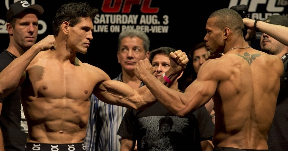 02.ago.2013 - Cezar Mutante (e) encara Thiago Marreta durante a pesagem do UFC Rio 4