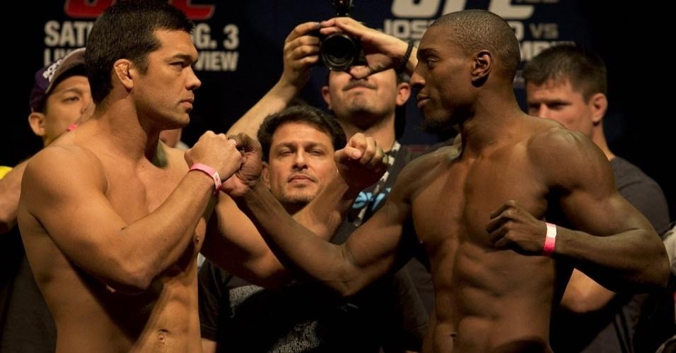 02.ago.2013 - Lyoto Machida (e) encara Phil Davis na pesagem do UFC Rio 4