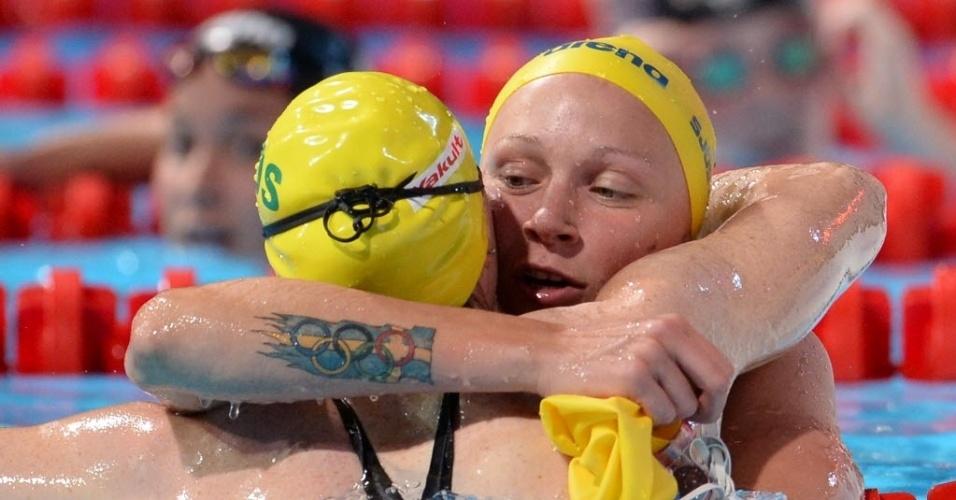 2.ago.2013 - A sueca Sarah Sjostrom abraça a australiana Cate Campbell após a prova dos 100 m livre e mostra sua tatuagem com os anéis olímpicos envoltos na bandeira da Suécia