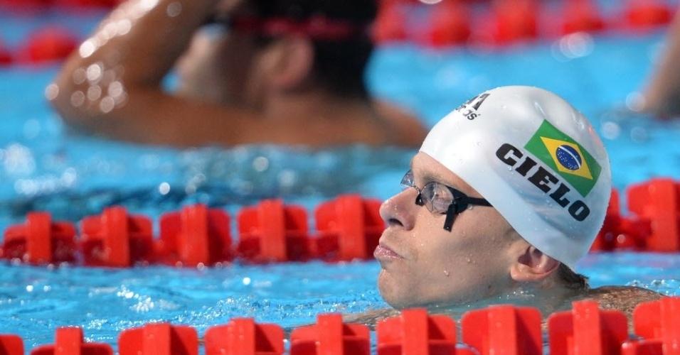 2.ago.2013 - César Cielo observa seu resultado nas eliminatórias dos 50 m livre; ele fez o 2° tempo