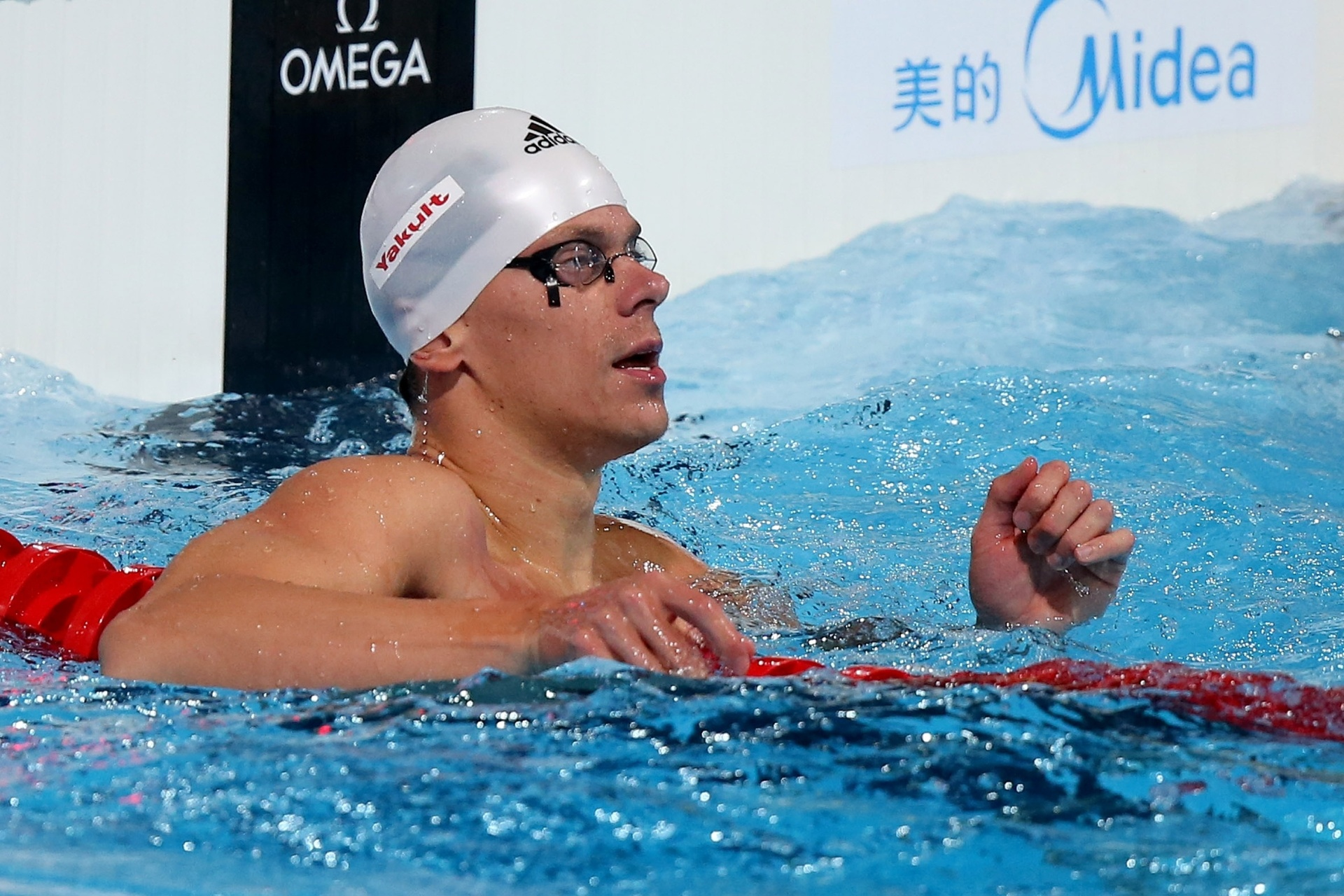 2.ago.2013 - César Cielo observa seu tempo após as semifinais dos 50 m livre; ele avançou para a decisão