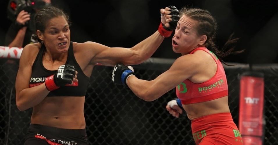 03.ago.2013 - Amanda Nunes (esq.) troca golpes com Sheila Gaff durante UFC Rio 4