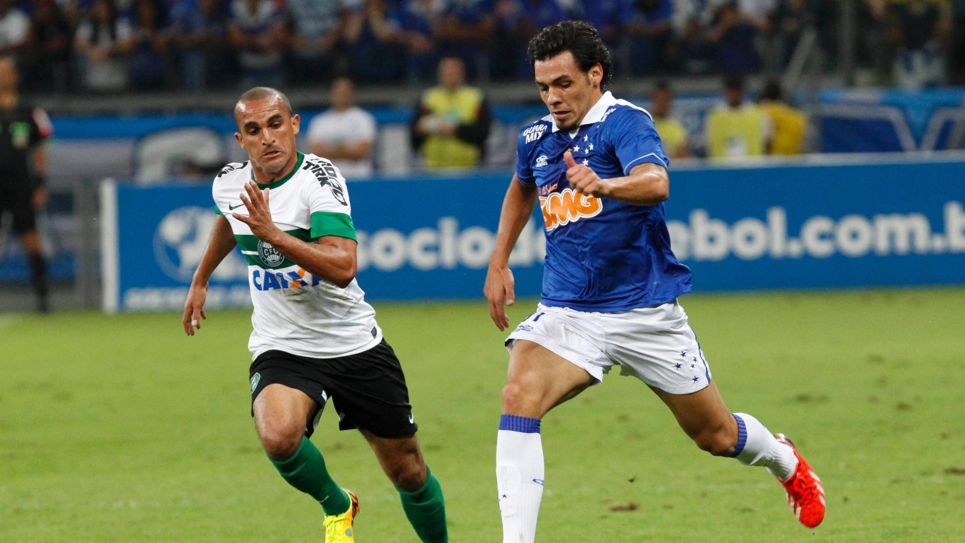 03.ago.2013 - Atacante Ricardo Goulart busca jogada durante partida entre Cruzeiro e Coritiba
