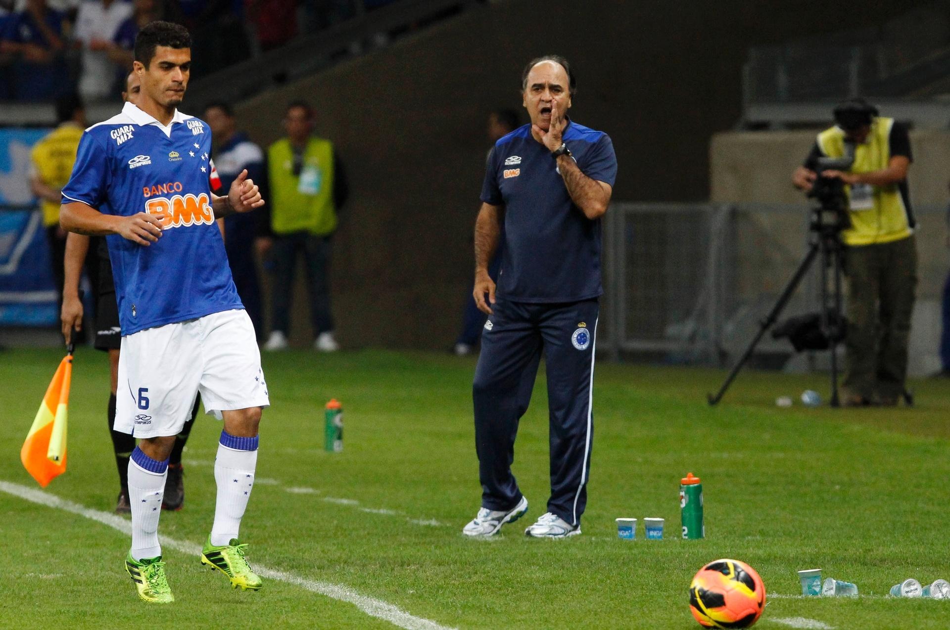 03.ago.2013 - Egídio vai buscar a bola para cobrança de lateral enquanto Marcelo Oliveira orienta seus comandados