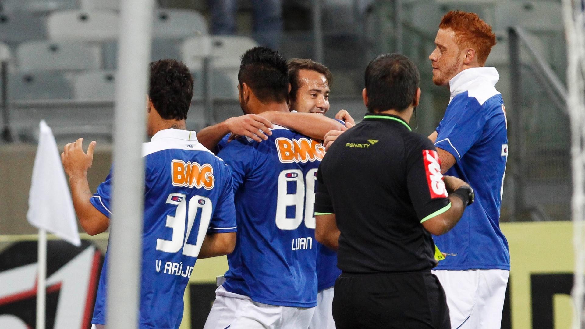 03.ago.2013 - Jogadores do Cruzeiro comemoram gol de Luan contra o Coritiba pela 11ª rodada do Brasileiro