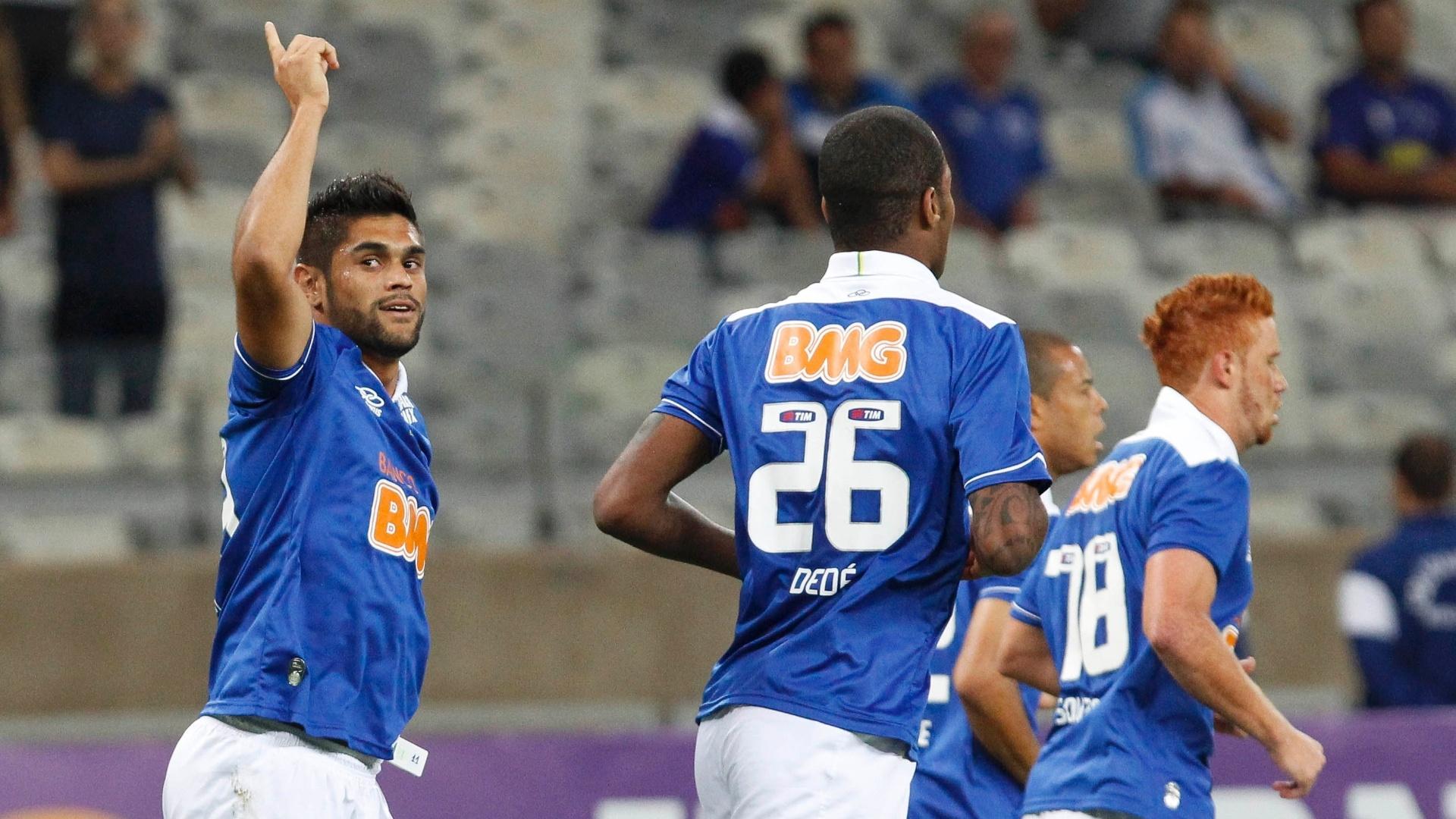 03.ago.2013 - Jogadores do Cruzeiro comemoram gol de Luan (e.) contra o Coritiba pela 11ª rodada do Brasileiro