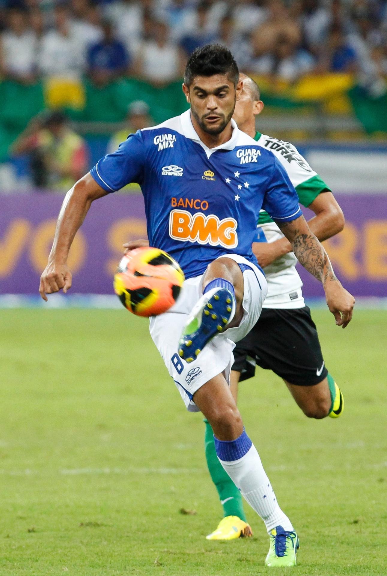 03.ago.2013 - Luan domina a bola na partida entre Cruzeiro e Coritiba pelo Brasileiro
