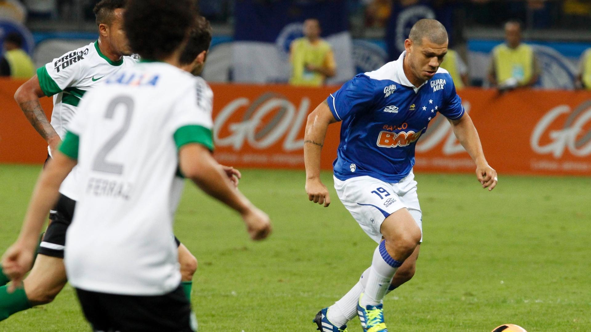 03.ago.2013 - Nilton, do Cruzeiro, carrega a bola em partida diante do Coritiba