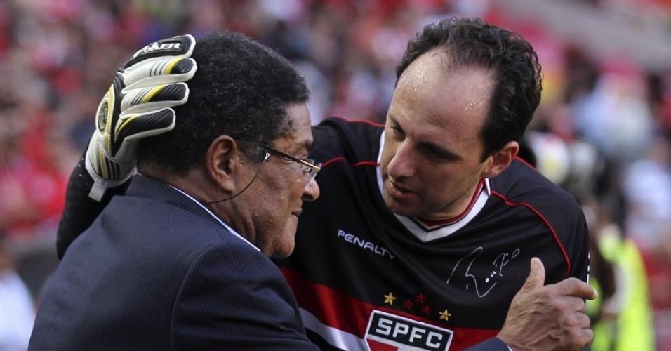 03.ago.2013 - Rogério Ceni cumprimenta o ex-craque português Eusébio