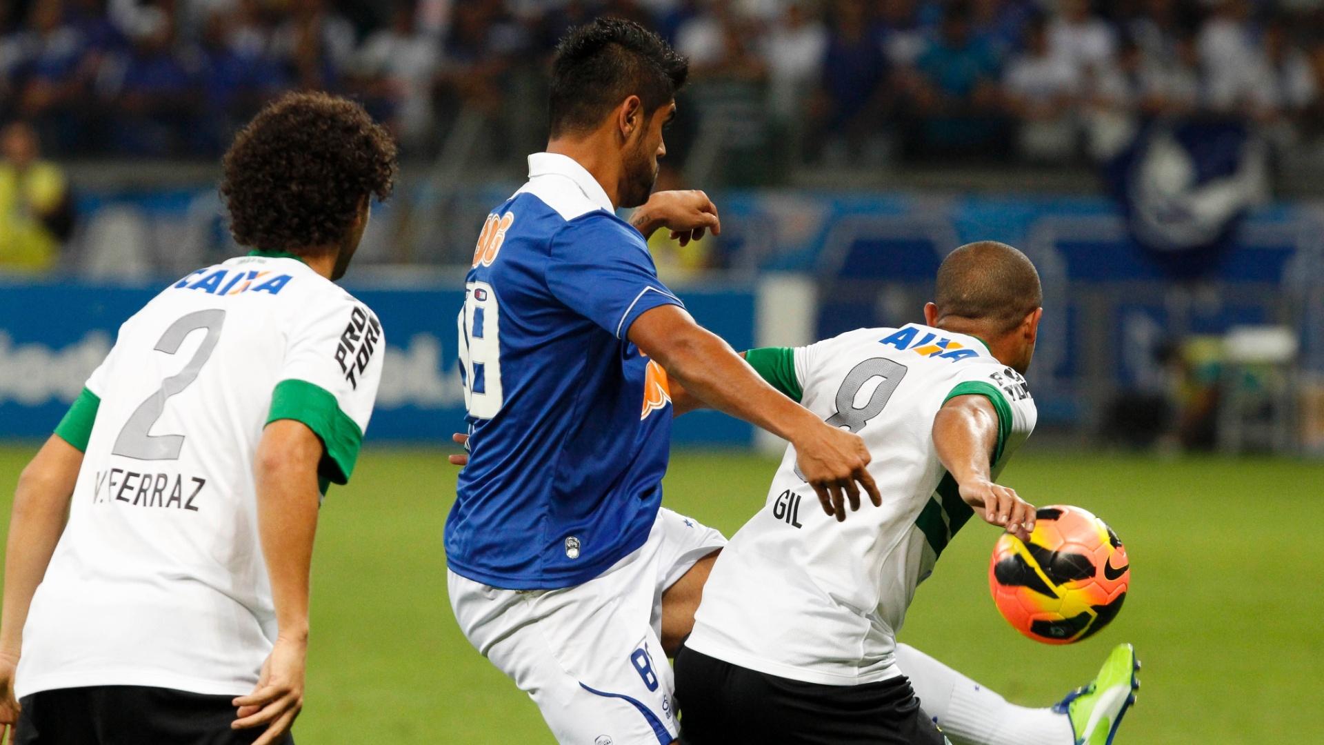Luan, do Cruzeiro, disputa pela bola com Gil do Coritiba em jogo da 11ª rodada do Brasileiro