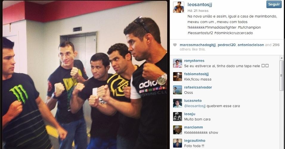 Renan Barão e companheiros da Nova União 'encaram' o campeão dos galos Dominick Cruz; Barão é dono do título interino, devido a seguidas lesões do oponente