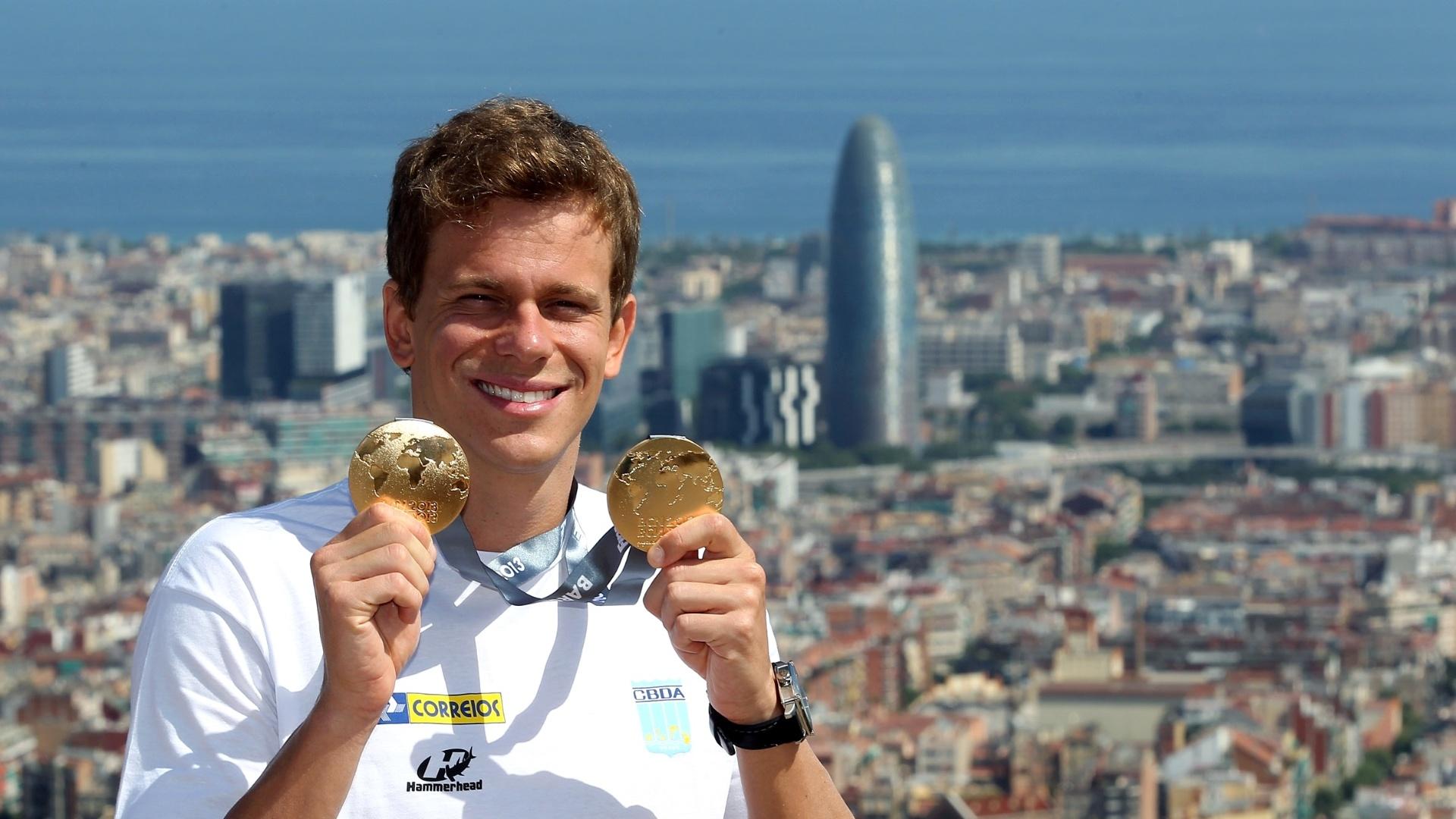 04.ago.2013 - Brasileiro Cesar Cielo posa para fotos em Barcelona com as duas medalhas de ouro conquistadas no Mundial