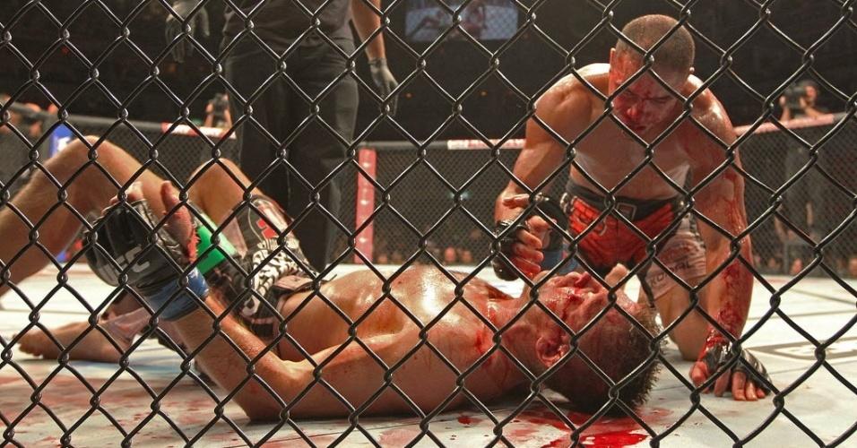 04.ago.2013 - Brasileiro Thales Leites (de vermelho) e Tom Watson fazem luta sangrenta no UFC Rio 4. O brasileiro venceu o confronto