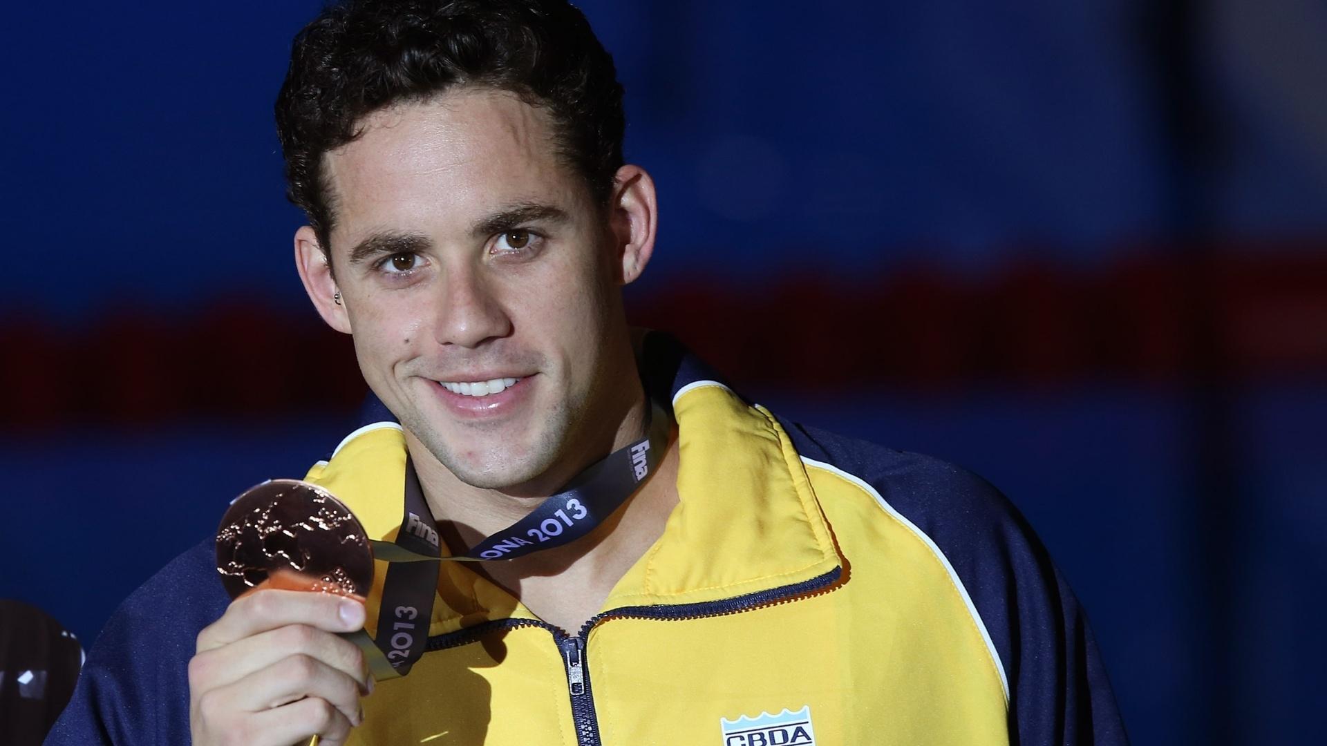 04.ago.2013 - Brasileiro Thiago Pereira exibe a medalha de bronze conquistadas nos 400 m medley do Mundial de Barcelona