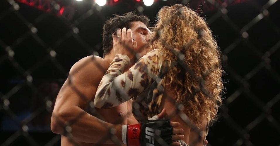 04.ago.2013 - Cezar Mutante ganha beijo na comemoração de sua vitória no UFC Rio 4