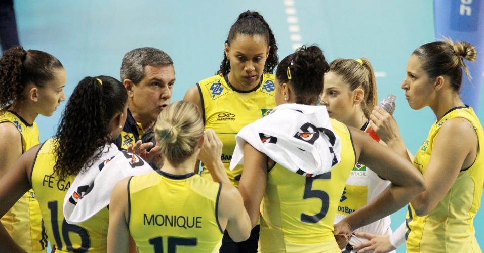 04.ago.2013 - Jogadoras brasileiras comemoram ponto na vitória sobre os Estados Unidos