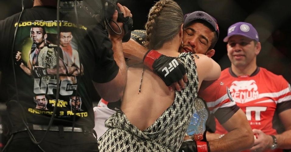 04.ago.2013 - José Aldo comemora com sua mulher a defesa de cinturão dos penas no UFC Rio, com nocaute sobre o Zumbi Coreano