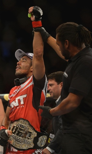 04.ago.2013 - José Aldo comemora mais uma defesa de cinturão dos penas do UFC