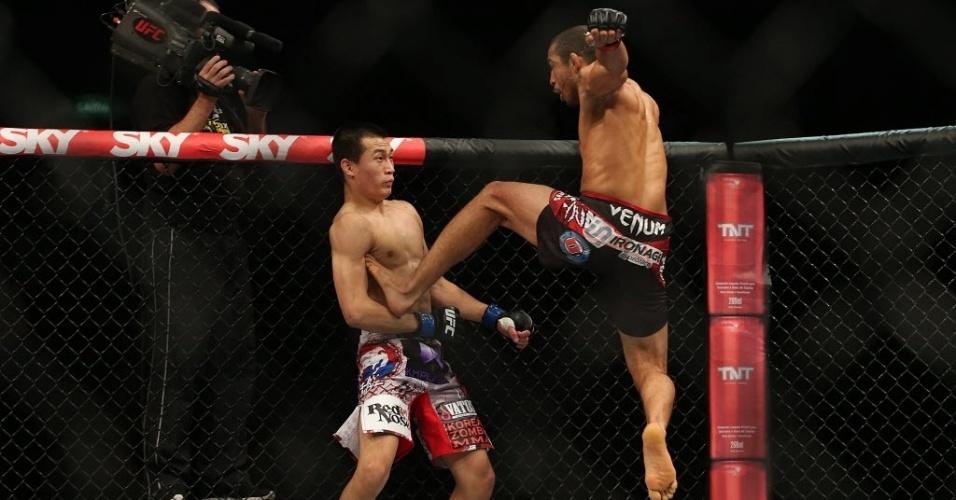 04.ago.2013 - Na principal luta da noite, o brasileiro José Aldo aplica golpe em Zumbi Koreano na decisão dos pesos penas no UFC Rio 4