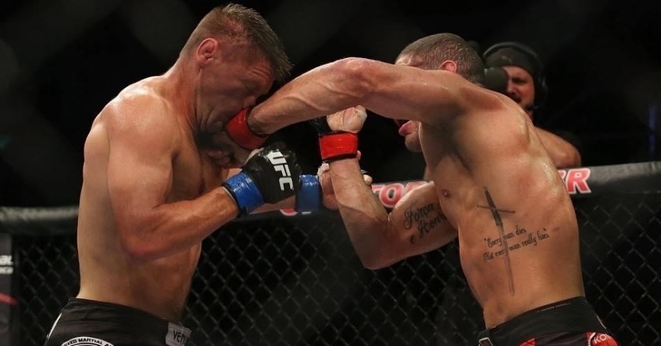 04.ago.2013 - O brasileiro Thales Leites (de vermelho) enfrenta Tom Watson na luta do UFC Rio 4