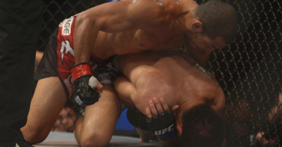 04.ago.2013 - Zumbi Coreano tenta se proteger, já depois de machucar o ombro contra José Aldo