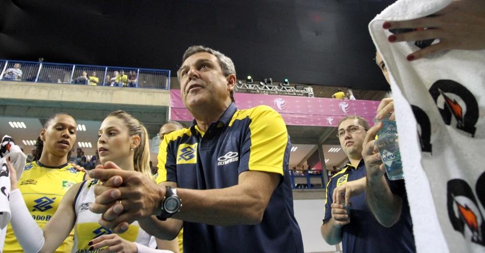 04.ago.2013 - José Roberto Guimarães orienta jogadoras brasileiras na vitória sobre os EUA