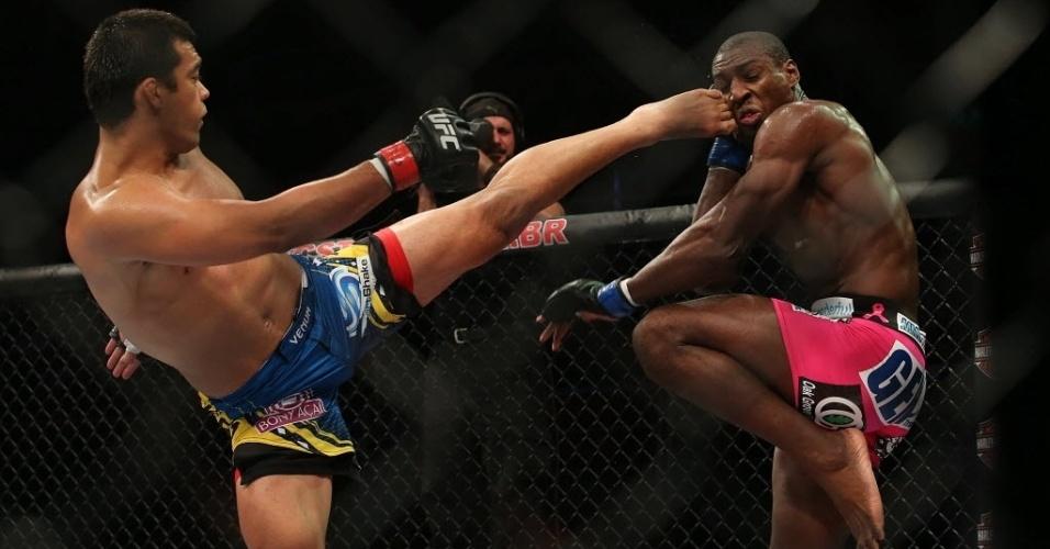 04.ago.2013 - Brasileiro Lyoto Machida enfrenta o norte-americano Phil Davis em duelo da categoria meio-pesado no UFC Rio 4