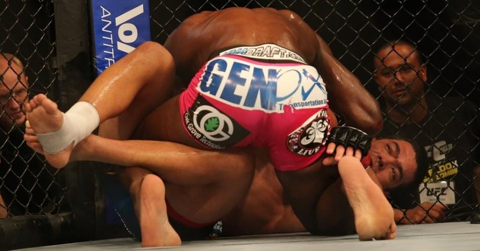 04.ago.2013 - Brasileiro Lyoto Machida enfrenta o norte-americano Phil Davis em duelo da categoria meio-pesados no UFC Rio 4