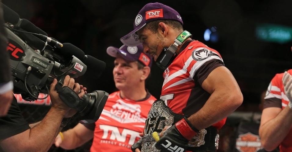 04.ago.2013 - Brasileiro José Aldo comemora vitória sobre o Zumbi Koreano na decisão dos pesos penas no UFC Rio 4