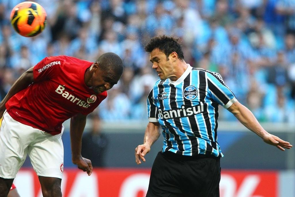 Zagueiro Juan, do Inter, e o atacante Kleber, do Grêmio, tentam após cabeçada no primeiro Gre-Nal da Arena (04/08/2013)