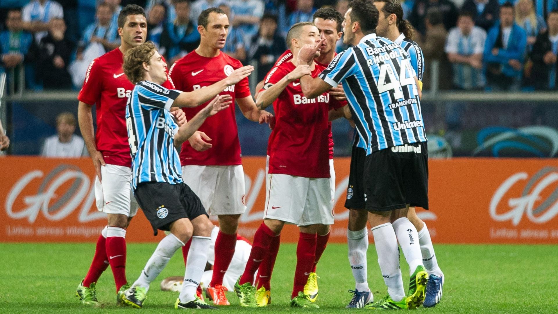 Meia D'Alessandro, do Inter, discute com o zagueiro Rhodolfo, do Grêmio, no primeiro Gre-Nal da Arena (04/08/2013)