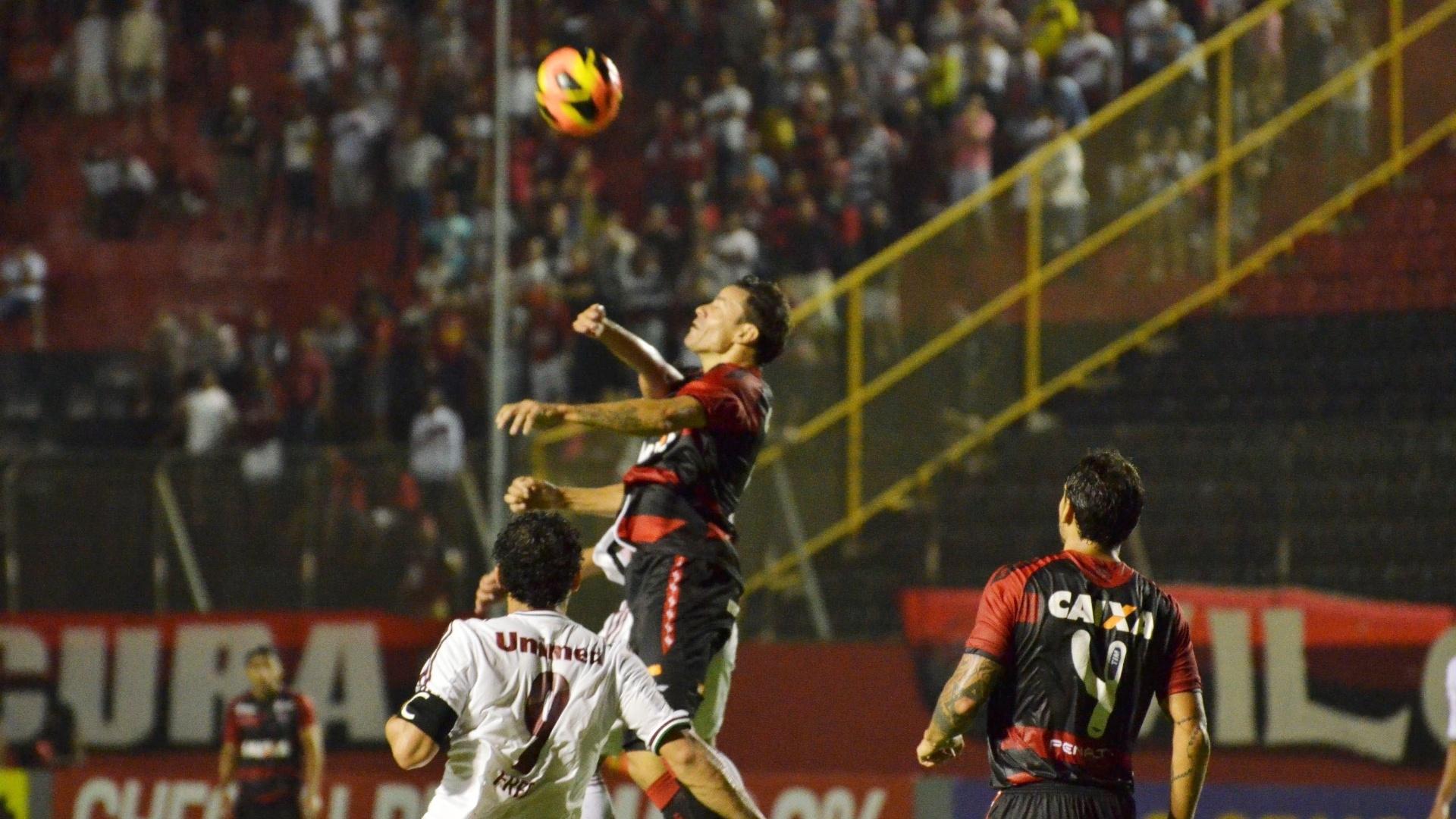 07.08.13 - Zaga do Vitória afasta perigo da defesa na partida contra o Fluminense