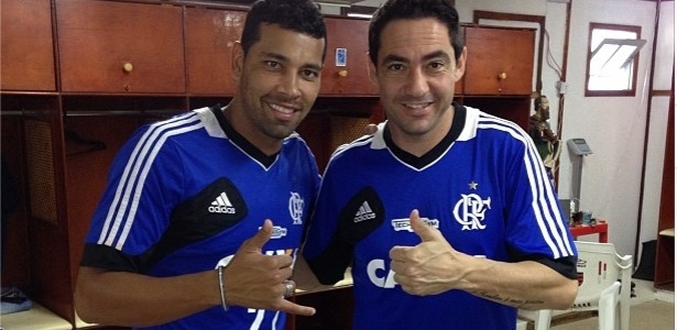 Chicão (e) posou com camisa do Flamengo ao lado de André Santos (d) no CT do clube