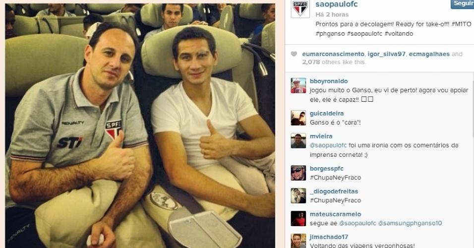 08.ago.2013- São Paulo divulga foto de Ceni e Ganso em avião na volta do Japão