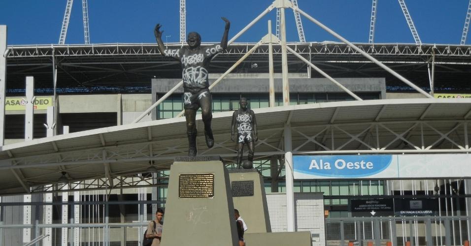 Estátuas de Garrincha e de Jairzinho, que ficam na ala Oeste do Engenhão, são pichadas