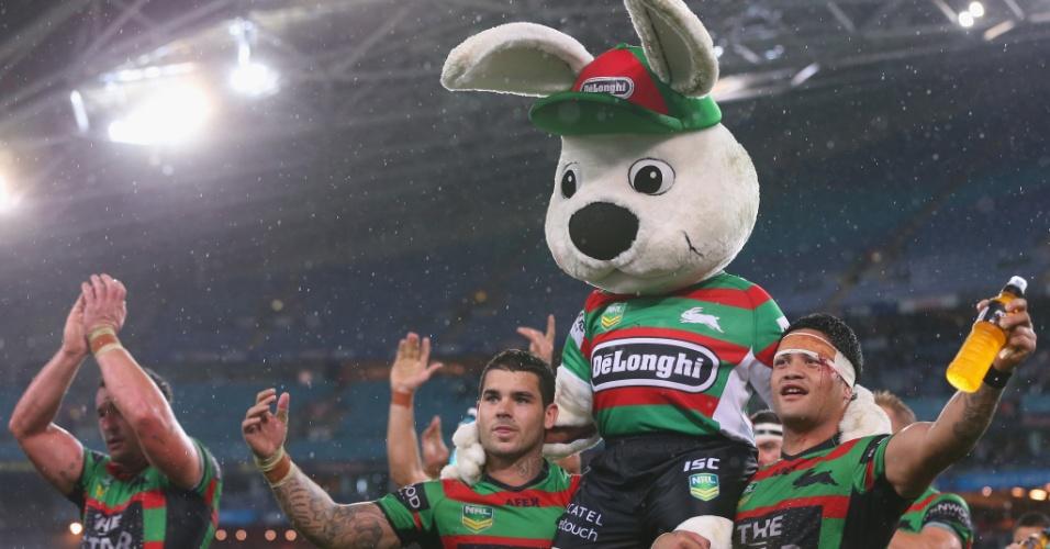 01.jun.2013 - Jogadores do South Sydney Rabbitohs carregam o mascote do time, Reggie, após vitória sobre o Newcastle Knights na Liga Australiana de rúgbi