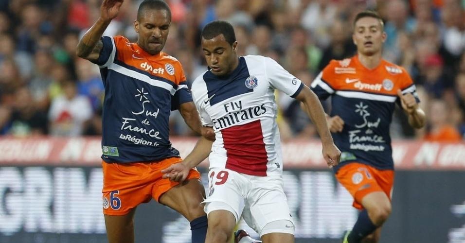 09.ago.2013 - Lucas, do PSG, tenta escapar da marcação do Montpellier durante a primeira rodada do Campeonato Francês
