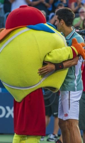 09.ago.2013 - Novak Djokovic abraça mascote após vitória sobre Richard Gasquet no Masters 1000 de Montréal