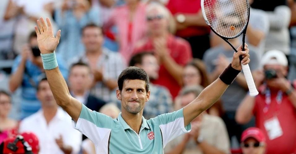 09.ago.2013 - Novak Djokovic saúda o público após a vitória por 2 sets a 0 sobre Richard Gasquet nas quartas de Montréal
