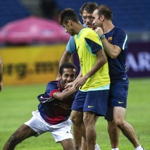 : Torcedor invade treino do Barcelona na Malásia e agarra Neymar