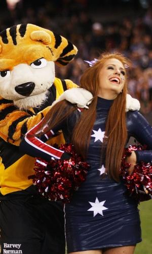 10.jul.2013 - Mascote do Richmond Tigers massageia uma cheerleader durante jogo da Liga Australiana de futebol americano