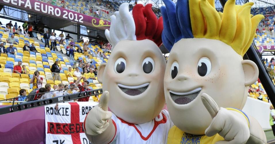 13.jun.2012 - Mascotes Slavek (e) e Slavko, representando respectivamente as anfitriãs Polônia e Ucrânia, são fotografados antes do jogo entre Dinamarca e Portugal pela Eurocopa
