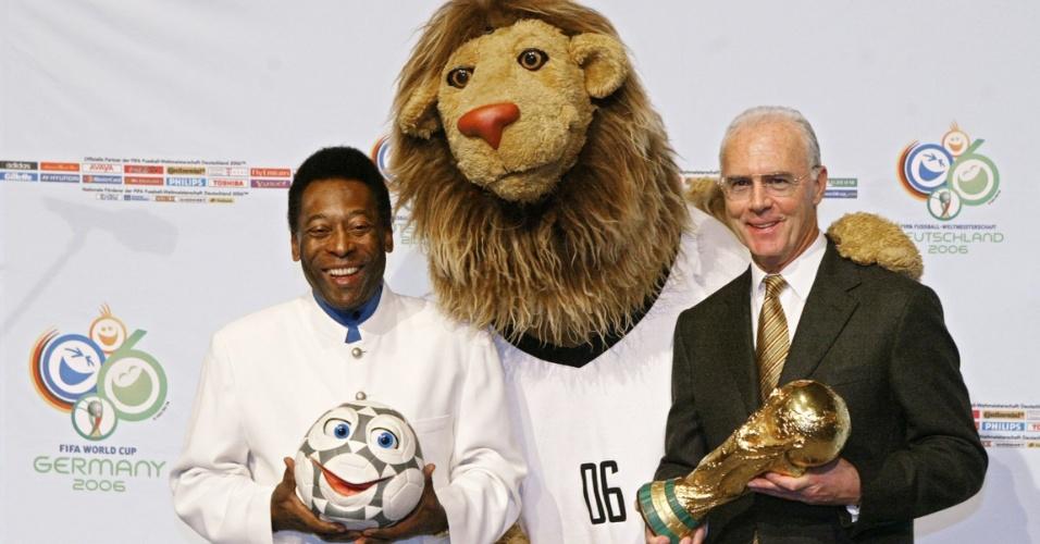 13.nov.2004 - Ex-jogadores Pelé (e) e Beckhenbauer revelam o mascote da Copa da Alemanha-2006, o leão Goleo