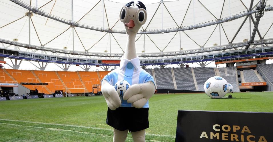 15.abr.2011 - Suri, mascote da Copa América 2011, é fotografado dentro do estádio de La Plata, um dos palcos da competição na Argentina