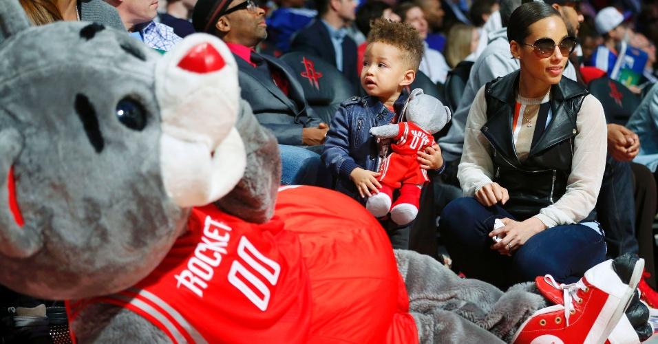 16.fev.2013 - Cantora Alicia Keys e seu filho são fotografados ao lado do mascote do Houston Rockets durante o fim de semana do All-Star game da NBA