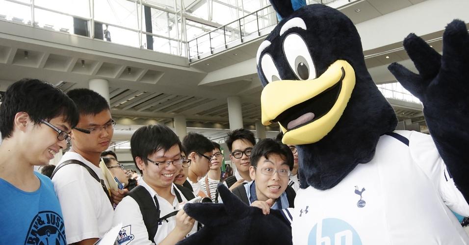 22.jul.2013 - Mascote do Tottenham tira foto com torcedores no aeroporto de Hong Kong na chegada do time para um estágio de sua turnê pela Ásia