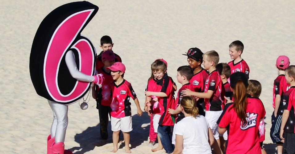 25.jul.2013 - Crianças se divertem com o mascote do Sydney Sixers durante anúncio do elenco do time de críquete na Austrália